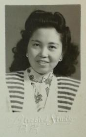 民国三七(1948)年青鸟照相馆出品《时髦美女签名题赠》原版黑白照片一枚,背面题字云:一切都是您的 我的身体,我的灵魂。俊行吾爱……颇为香艳,令人遐想