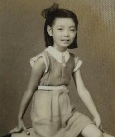 民国时期米高梅照相馆出品《穿裙子的小女孩》原版黑白老照片一枚,背面有签名题赠