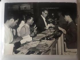 文革原版老照片-中国出口商品交易会 日本访问团选购中国剪纸