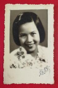 1951年《徐秀珍》签名题赠原版黑白老照片1枚,背面有影中人题赠信息