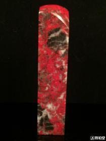 刘关张大红袍鸡血石,关公气势冲天血量满满。印章尺寸7.6*1.6厘米。