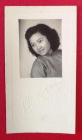 1951年艺美照相馆出品《侧脸美少女》原版黑白老照片1枚,背面有照片主人题字