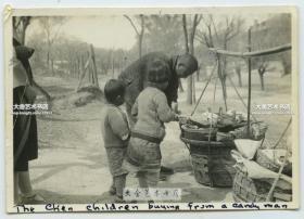 民国小童向串街卖糖果甜食的小贩购买糖果老照片,8.6X6厘米