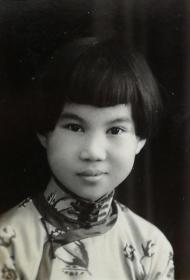 民国时期《旗袍美少女》原版黑白老照片一枚,背面有签名题赠信息