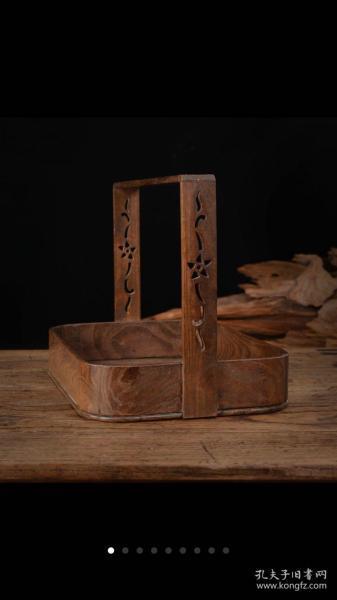 日本老硬木胎精制老提篮【规格】长30cm,宽21.5cm,高23cm。【产品介绍】年代物,带原装供箱,全品,无使用痕迹,日本老硬木提篮,非常难,器型较大,天然木纹清晰可见,高提镂空精雕花卉纹,纹饰漂亮,器型简洁大气 ,全手工制作,品相完整,实用美器!二手中古品均有不同程度使用痕迹以及氧化变形等瑕疵,保存至今,颇为不易,请以包容心接纳万分感谢。