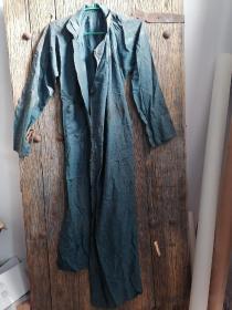 清代丝绸缎晋商长袍一件。作工精良。长150cm。拆了大约一丈长的料。可做古籍函套等修复。