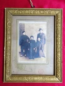 老照片:民国时期一家人(小脚老太太,穿旗袍的小少爷和穿西服的中年人)