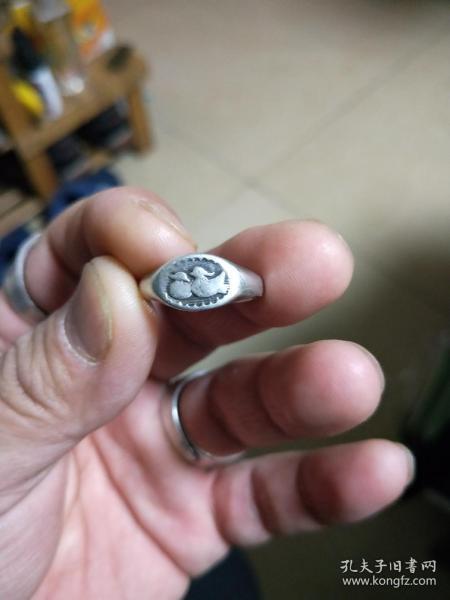 包老保真,纯银老银戒指一个,不是重量衡量的,收藏意义。民国鸳鸯戒指,喜欢的来