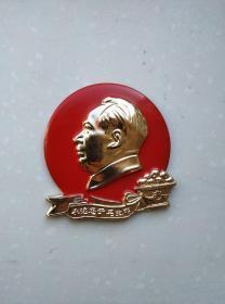 文革时期:毛主席和花篮芒果像章。