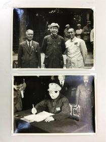 建国初期,毛主席在一届会议时写字以及合影,原版老照片, 共二张,银盐纸基