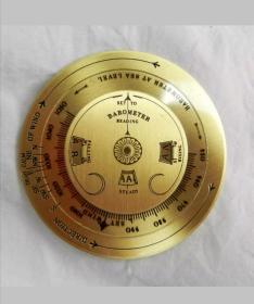纯铜天气预报器,精密仪表制品。 英国淘的,这件袖珍天气预报器,由三层不同直径表盘镶嵌而成,由著名公司Nauticalia 百年前发明。1915年申报专利,专利号为:6276/15。是当年野战军人必备神器。制作工艺精湛,带操作说明,只要知道风向和大气压两参数即可精准预测未来12小时天气。非常稀有! 最大直径为 5.5厘米。