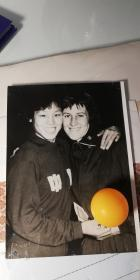 新闻照片 20.5*15厘米:济南女子跳高运动员郑凤荣和德国跳高运动员马丽娜在一起