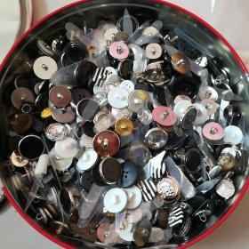 扣子,服饰,衣服,八十年代,一大盒有几斤重!全部可以使用!塑料扣子,老扣子,全新品相!种类很多!衣扣子!服装,服饰铺料!