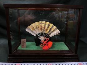 日本著名工艺大师 武比古《松竹梅》银扇,扇子13.7×8.6cm,29g,木盒23.5×13×18.5cm武比古,本名关一夫。1936年,东京日暮里出生。1989年,作品「海之忆」获得劳动大臣奖。1990年,被认定传统工艺品传人。1999年,得优秀技能奖。2000年,得经济产业大臣表彰。2001年,得黄绶褒章。