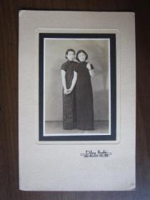 民国两个女子穿旗袍合影照片(蝶来照相室)