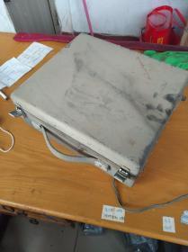 老式磁带录音机,中华人民共和国制造,(插上电能转动,别处坏不坏不清楚,只有一个电源,没有其他接口线)售出不退,(16斤多)