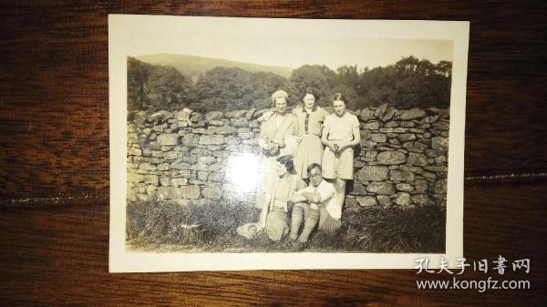 民国1936年中国人Sam与外国人在英格兰barbon拍摄。Sam是否当时名流?请自鉴,照片为民国时期洋人留在中国,还有上海南京昆明等地照相馆底片。