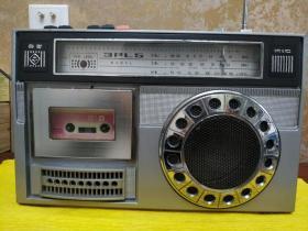 春雷牌文革时期老收放机  收音机正常收听  磁带正常播放  音质清晰  收音机在哈尔滨市可收到5~6个台  不同区域高低方向都是影响收台的因素 什么都不缺 整体9品 重达3553克  7斤多