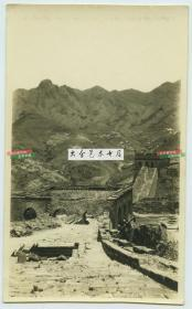 民国时期北京残破而不失雄壮的长城老照片,敌楼和城道因为年久失修已经破损,拍摄于北京北部郊区一带