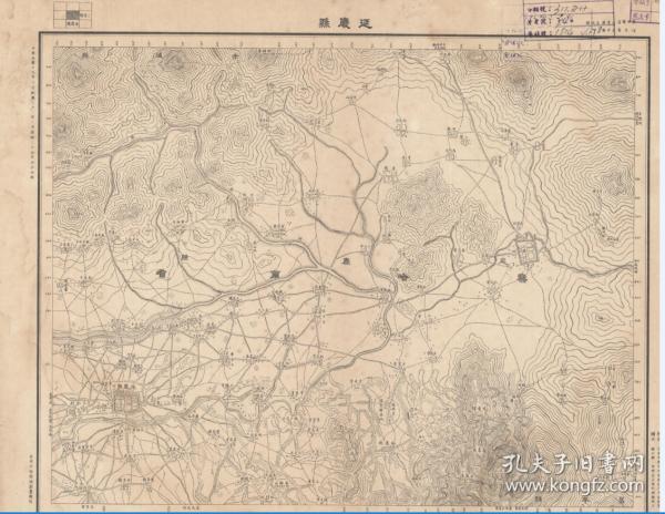 民国二十四年(1935)《延庆县老地图》图题为《延庆县》(延庆老地图)十万分之一延庆县军地形图。绘制详细,请看延庆县内的怀来县飞地,参谋本部陆地测量总局测绘,延庆县地理地名历史变迁史料。本图下方缺一条边框,右侧缺一条图边,全貌如主图。原图复制,裱框后,风貌佳。