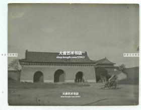 清代自东向西拍摄的老北京皇城长安左门, 南侧和中间的大门紧闭,只留北侧的门开启,同时有士兵把守查验过往之人,在门前有等客人的清代车夫。