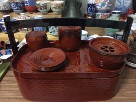 日本提盒茶具套装 树脂胎镰漆器 提盒一客 ;茶盘一客; 茶入(茶叶罐)一客 ;建水一客;茶滤一客;茶托五客;长度37厘米 宽度22厘米 高度24.8厘米 有原纸箱