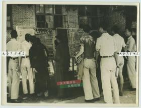 民国抗日战争时期,人们聚集在告示板前,了解中原河南一带最新的抗战消息老照片,23.7X18厘米