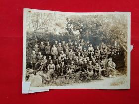 一九四九年六月 摄于 无锡寄畅园 着制服合影照