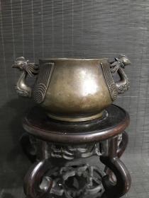 江西征收传世大号特种异形清代传世包浆,云谷款浮雕双凤耳铜香炉,包浆熟美,内膛干净,底款犀利,尺寸见图,重1502克,皮壳老旧。文房珍品。