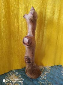 袋鼠   手工制作,木质细腻,分量打手,高37cm。有天然的裂纹,手工精抛光,绝不上漆,天然色泽。木质红润。想要的私聊。