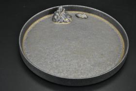(乙9896)乐山《鎏金壶承茶道具》原盒壶承一件 圆形  直径为:21.4cm 。茶盘又称茶船就是放置茶壶、茶杯、茶道组、茶宠乃至茶食的浅底器皿。