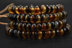 (乙9899)《手串或项链》1串 顶级材料 手串周长为:61cm  手链单颗尺寸:0.65*0.4cm 重:22.14g 。手串无松紧。