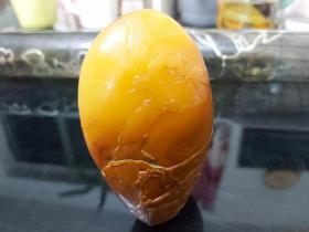 清代随形精品田黄(牛蛋黄)包浆自然,雕刻精美,萝卜丝硌丝明显,典型的田黄精品,表面刻有山水,文字,应出自名家自手。