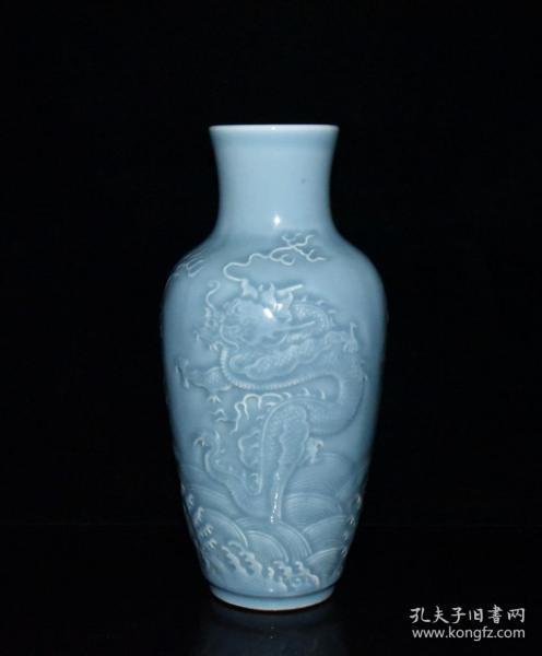 清代乾隆天蓝釉雕刻龙纹瓶【32x15cm】