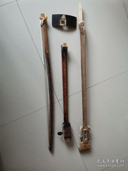 乐器散件,配件低价处理,也许有人用得上。一个自制白茬坠琴杆子,一个缺损秦琴杆子,一个板胡硬弓子,一块琴筒木料,看图为准。