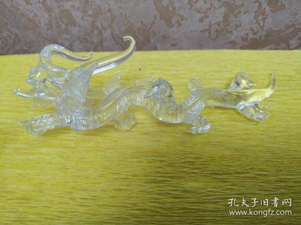 水晶小白龙  玻璃  原是酒瓶里的,所以龙身底部有一连接点,不是损坏  非常漂亮