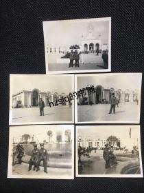 【系列照片】早期50年代北京苏联展览馆前两位军人留影及周边景象5张合售,可见当时各个方位风貌。老照片内容丰富、颇为难得