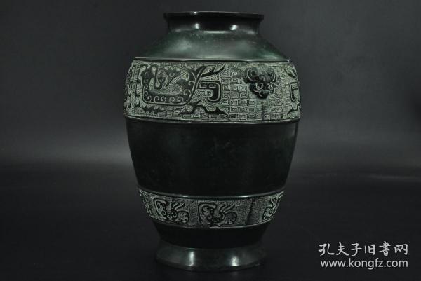 (乙9895)《日本铜花瓶》一件  铜制花瓶 外壁有图案  造形精致美观 瓶口直径:9.2cm 瓶身最宽处约:17cm 瓶高:22.7cm 重:1.84千克 花瓶是用来盛放花枝的美丽植物,花瓶底部通常盛水,让植物保持鲜活。