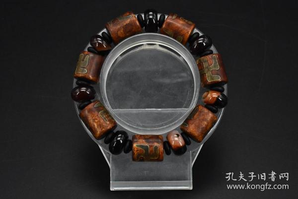 (乙9898)《玛瑙手串》一个 万字纹 重量:66.81克 手串周长:22cm 手串有松紧 玛瑙是佛教七宝之一,自古以来一直被当为辟邪物、护身符使用,象征友善的爱心和希望。玛瑙以其色彩丰富、美丽多姿而被当做宝石或作工艺制品。