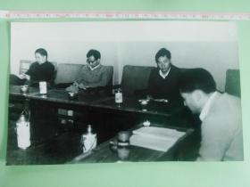 中国共产党怒江傈僳族自治州代表大会   副书记张德耀、邱三益在讨论会上( 大尺寸黑白新闻老照片、原始照片)