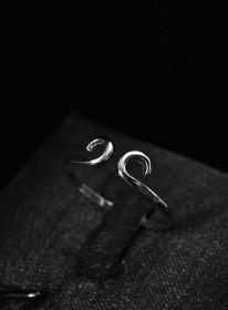 (V5177)《纯银戒指》1枚 紧箍咒造型 造型精美 925银 直径:1.95cm 戒指大小可调整 总重量1.12g 。