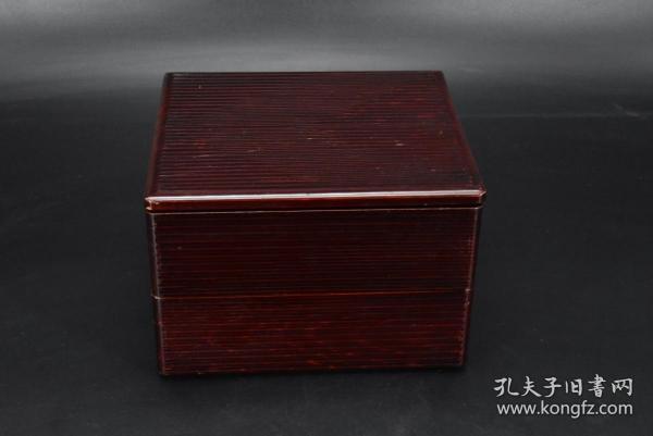 (P4027)日本购回 《日本传统工艺漆器》漆盒一件 木胎漆器  尺寸:20*18*13cm  公元前二百多年中国的漆艺就开始流传到日本,由于地理环境相似,日本也组织起了漆器生产,形成了日本独特的漆器风格。