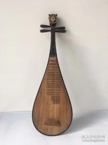 """琵琶,本作""""批把"""",拨弦乐器,木制制成,音箱呈半梨形,上装四弦,颈与面板上设用以确定音位的""""相""""和""""品""""。琵琶音质悦耳,造型别致,可正常使用"""