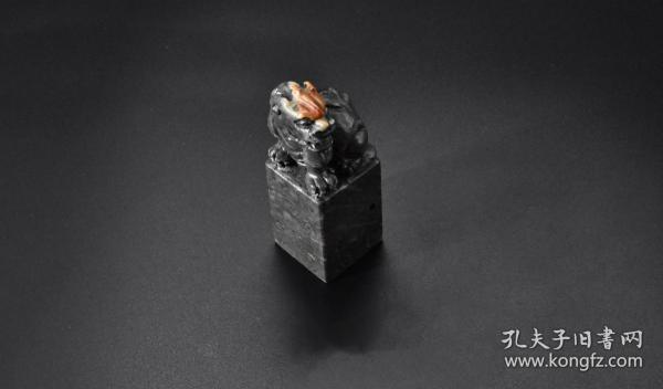 (Vd1186)《天然石料印戳》一方,戳料上方是瑞兽呈祥雕刻。雕工精美,古兽活灵活现。尺寸:3*3*8.2cm,重量:148.61克。