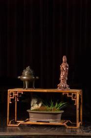 海外回流 湘妃竹四方茶台 尺寸:高21cm,长42cm,宽20cm 说明:茶台是以盛放茶具之用,多小巧精致,注重材料的运用和色彩的搭配,品茶的同时品位茶台,亦是赏心悦目之事。此件茶台湘妃竹制作,构架轻盈而稳固,花纹紫红相间,满布竹山,浑然天成,台面饰黑褐大漆,光洁而沉稳,适合使用。