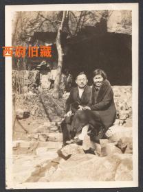 民国老照片,一对情侣的合影照,可能也是在南京钟山的紫霞洞前