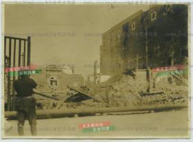 民国上海闸北区苏州河北岸,四行仓库保卫战刚结束后的仓库残迹老照片,其先前被当作第八十八师师部,因此仓库中贮存了大量食物、救护用品及弹药。保卫战发生于1937年10月26日至11月1日,它的结束标志着中国抗日战争中的一场重大战役淞沪会战的结束。珍贵历史影像