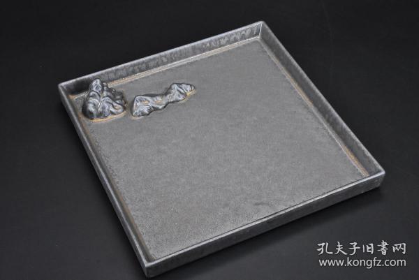 (乙9620)乐山《鎏金陶瓷茶道具》壶承一件 方形 大尺寸 尺寸为:22.2*22.2*3.3cm 茶盘又称茶船就是放置茶壶、茶杯、茶道组、茶宠乃至茶食的浅底器皿。