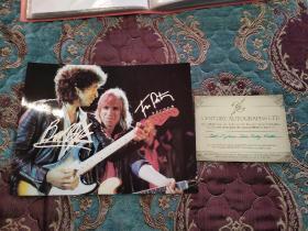 【签名照】鲍勃迪伦  和  汤姆佩蒂(1950年10月20日—2017年10月2日,美国摇滚巨星、老牌摇滚乐队伤心人合唱团的主唱) 签名照     有保真证书