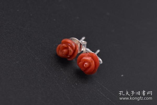 (C0718)《天然shanhu纯银耳饰》一对,玫瑰花形状,天然无染色,金属部分为925银,天然材质尺寸约为:6.0*5.5mm 总重:0.68克。自古即被视为祥瑞幸福之物,它代表高贵与权势,是幸福与永恒的象征。